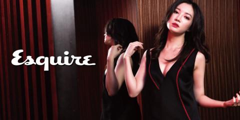 黑色與暗紅刺繡裝飾洋裝_$62,500 by Versace。
