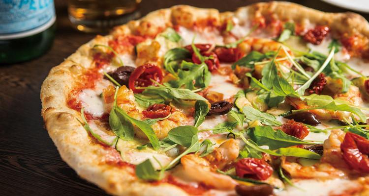 Gamberi Pizza_$850,Gamberi即是義大利文的「蝦」。好吃的祕訣在於主廚耗時親製、加入全麥麵粉的特製麵糰,柔軟餅皮充滿咬勁與濃郁麥香;另一個祕訣就是除了番茄醬做必要的鋪底外,再另外加上風乾番茄提味。