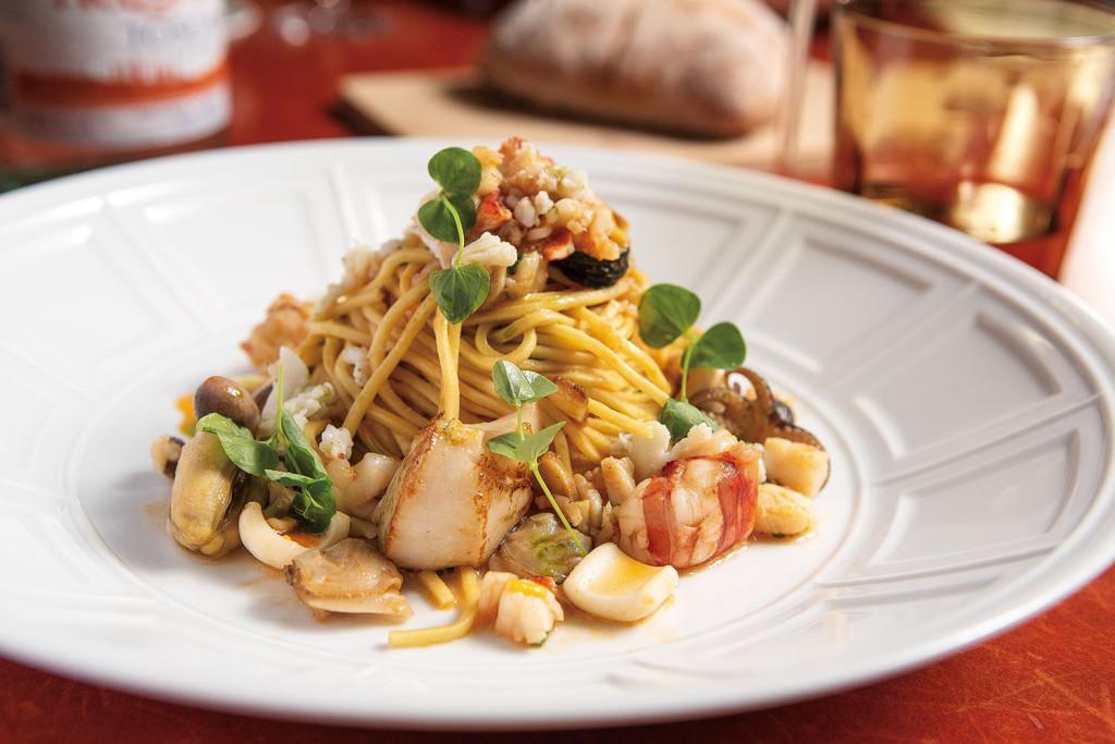 季節海鮮義大利麵_$880,Louis的老家南義Puglia以漁獲見長,擅長料理海鮮,這盤義大利麵澎湃又大碗,就像老家人情味翻版,帶出時令海鮮最原始的美味,簡簡單單就很迷人。