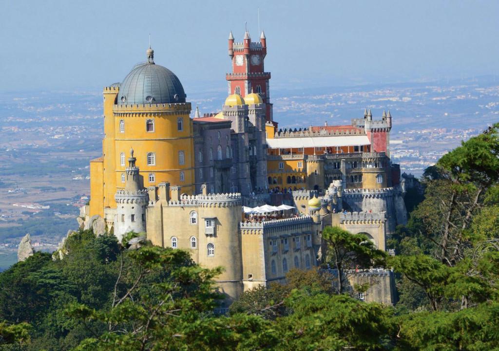 TripAdvisor的旅行者CharonMF說:「一定不要錯過摩爾人城堡(Castle of the Moors)。苔蘚鋪滿岩石、花園五色繽紛、景色美麗怡人。日落時分,古堡的頂樓絕對是個完美求婚地點,簡直太浪漫。」