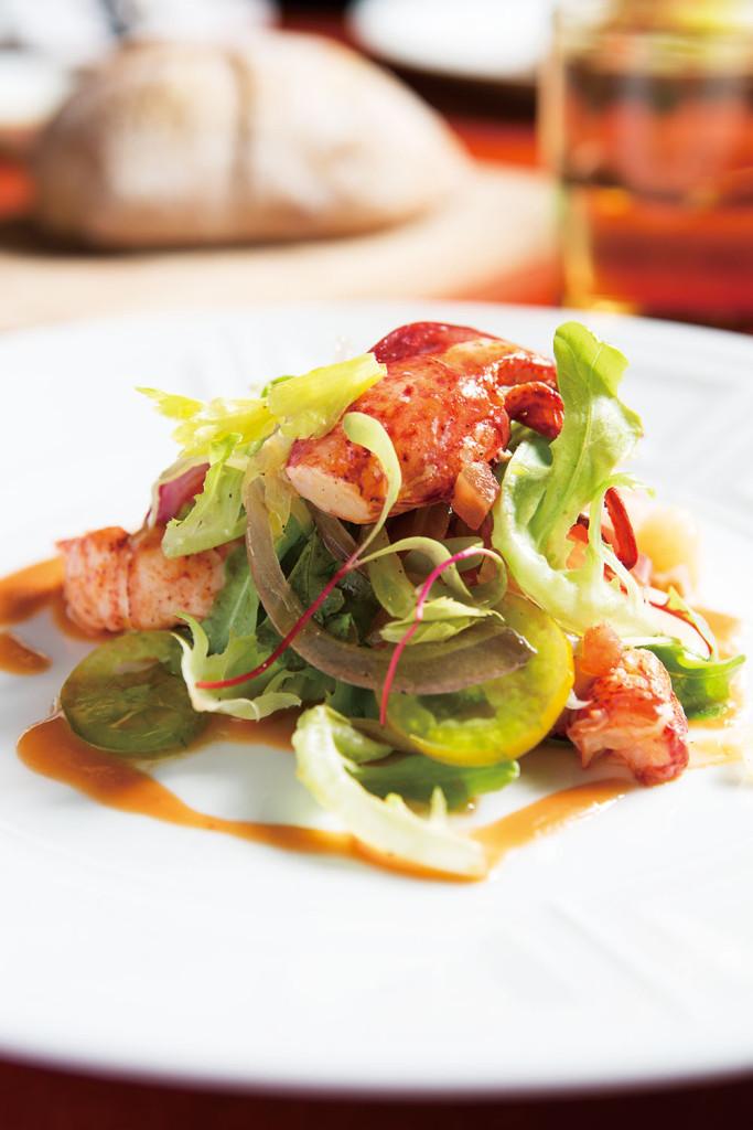 水煮波士頓龍蝦沙拉塔襯番茄醋與茴香_$890,盤中最搶眼的大塊龍蝦肉須經過肉湯燙煮,再特調醃漬兩小時,讓蝦肉更添風味,搭配盤中蔬菜更顯鮮甜。