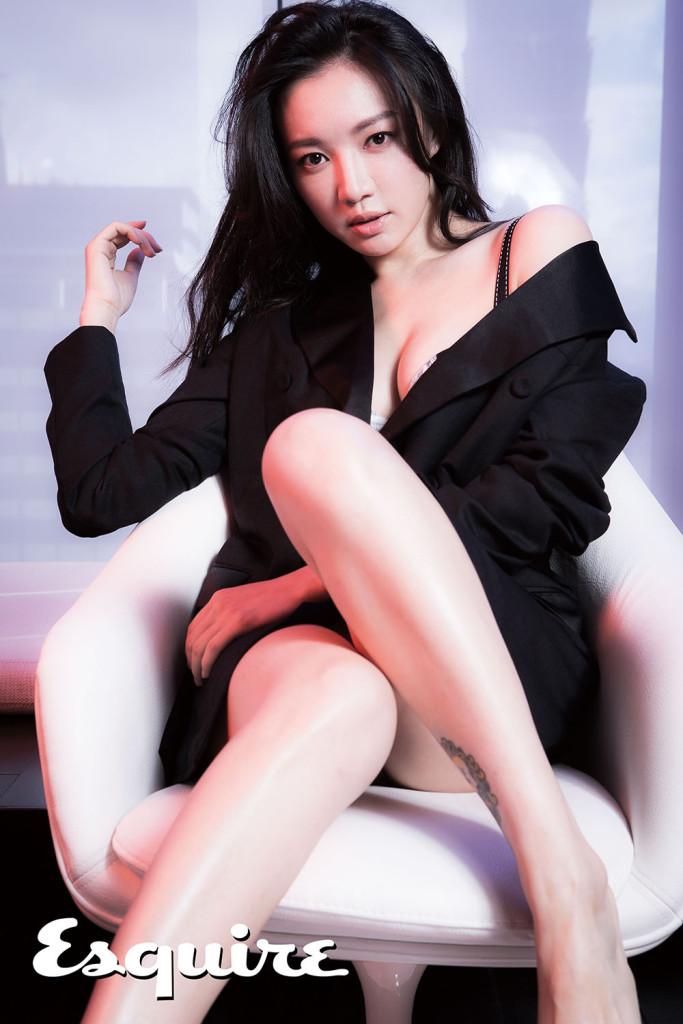 黑色西裝外套_$73,200 by Bottega Veneta;Polissonne系列1/2集中托高罩杯胸罩_$5,380 by Chantal Thomass。