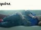 花灰/藍色開胸針織上衣、花灰色西褲、紅色真皮運動鞋 by Fendi。