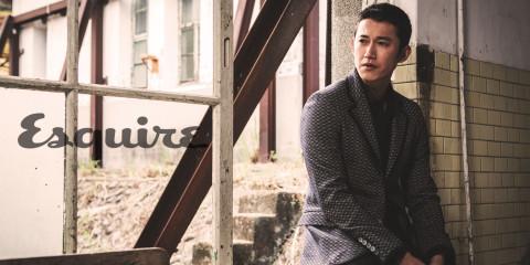 針織西裝_$69,700、長褲_價格電洽 by Gucci;黑色襯衫_$22,000 by Dior Homme。