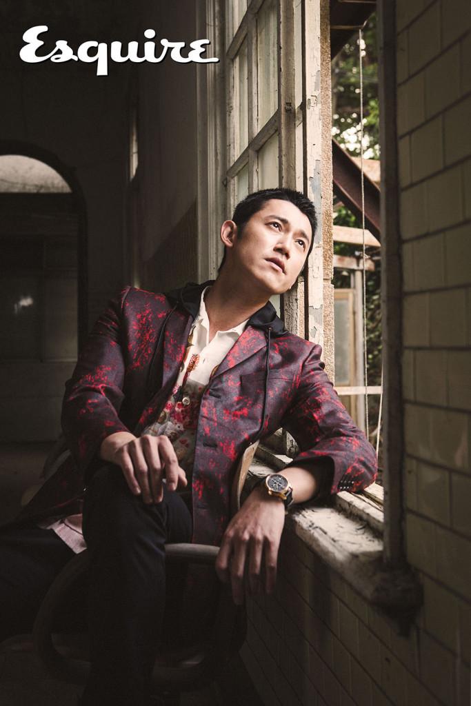 火焰紅色破壞感效果連帽外套_$93,000 by Dior Homme;印花襯衫_$18,500 by Prada;長褲_價格電洽 by Gucci;力洛克系列規範指針男款腕錶_$27,800 by Tissot。