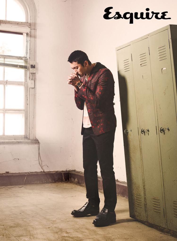 火焰紅色破壞感效果連帽外套_$93,000 by Dior Homme;印花襯衫_$18,500、皮鞋_價格電洽 by Prada;長褲_價格電洽 by Gucci;力洛克系列規範指針男款腕錶_$27,800 by Tissot。