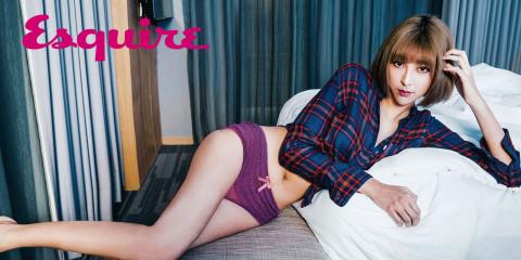 紅藍格紋襯衫_$2,290 Levi's;紫色內褲_$980 by Passionata。