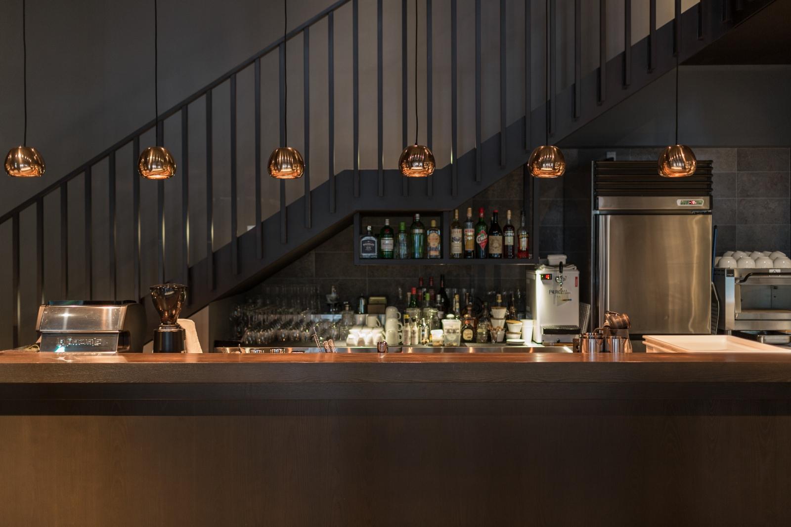 餐廳以Urban Modern為設計發想,吧檯搭配英國工業設計大師Tom Dixon的金屬吊燈 (2)