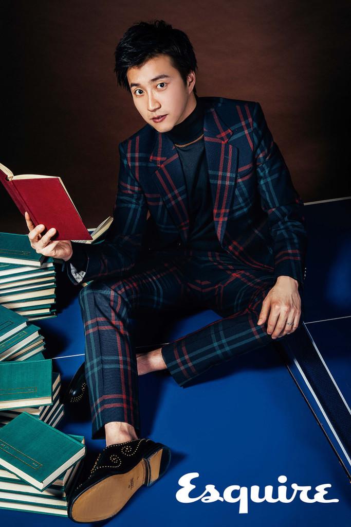 全套格紋西裝_$99,600、鉚釘虎頭裝飾皮鞋_價格電洽 by Gucci;黑色針織高領上衣_$18,500 by Prada。