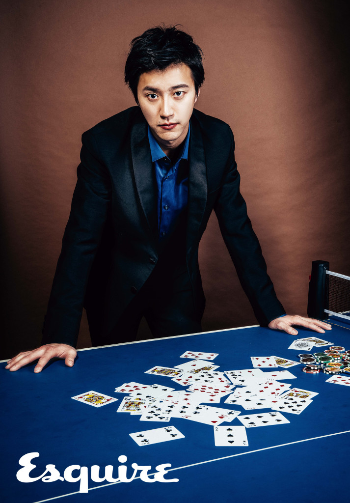 黑色西裝外套_$95,000、黑色拼接西裝褲_$32,500 by Prada;藍色襯衫_$12,300 by Hugo Boss。