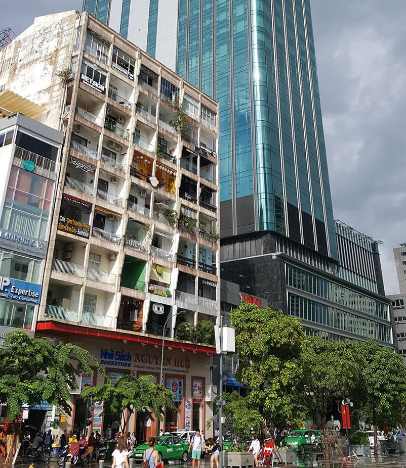 6. 在聳天大樓旁的公寓裡,遍布著特色咖啡店