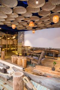 Driftwood以大量漂流木打造座位區