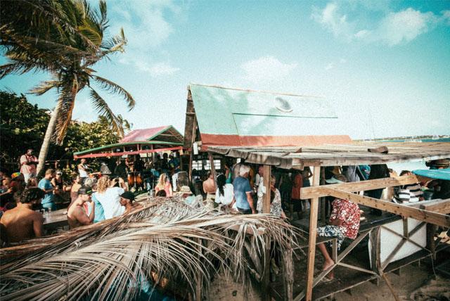 知名樂手Bankie Banx開設的 酒吧正熱情演奏著雷鬼樂。