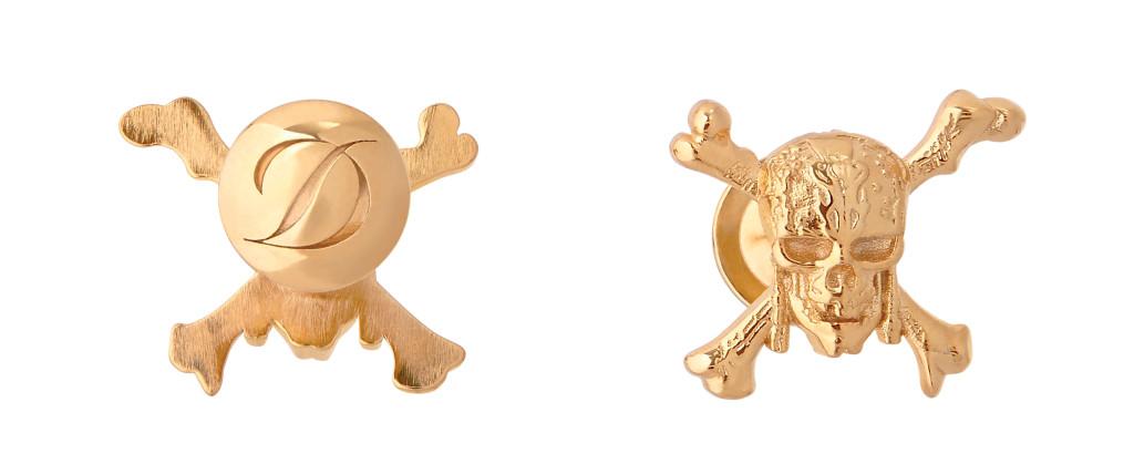 袖扣以象徵海盜的骷顱頭符號,加以銅鑄黃金潤飾,袖扣背面雕刻品牌logo。