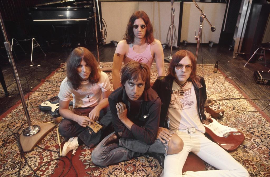 Iggy Pop(中)與The Stooges樂隊成員合影,牛仔褲已是標準搭配。/Images of Getty Images