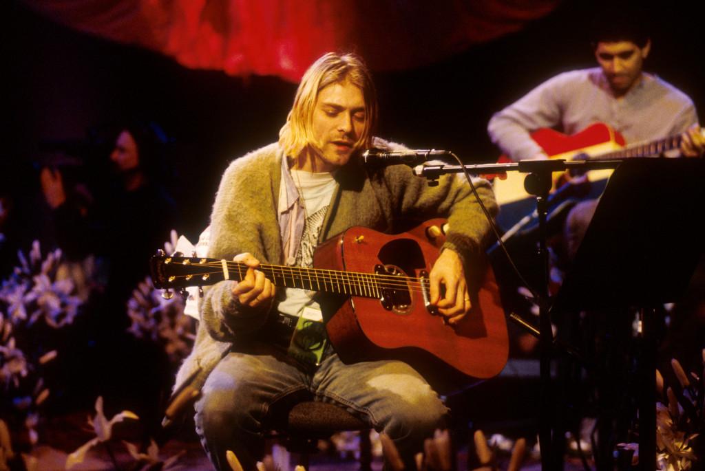 牛仔破褲配converse帆布鞋,Kurt穿出自我風格,也成為後來年輕人熱愛的風格。/Images of Getty Images