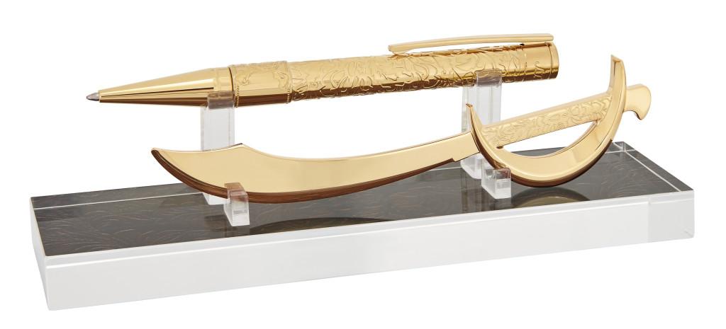 象徵神鬼奇航的雕刻裝飾,筆身為銅鑄黃金潤飾,拆信刀則以不鏽鋼黃金潤飾。