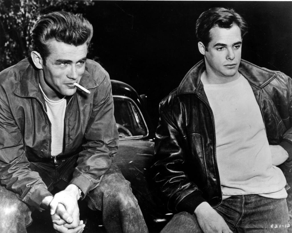 Jame Dean和Corey Allen在電影中的皮衣與牛仔褲搭配已成經典。/Images of Getty Images