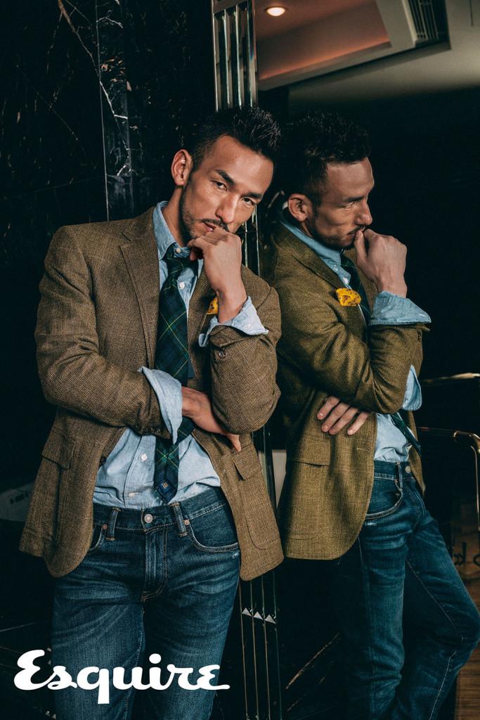綠色獵裝_$34,880、牛仔襯衫_$4,680、牛仔褲_4,680、綠色格紋領帶_$5,480、黃色口袋巾_$4,080 by Polo Ralph Lauren。