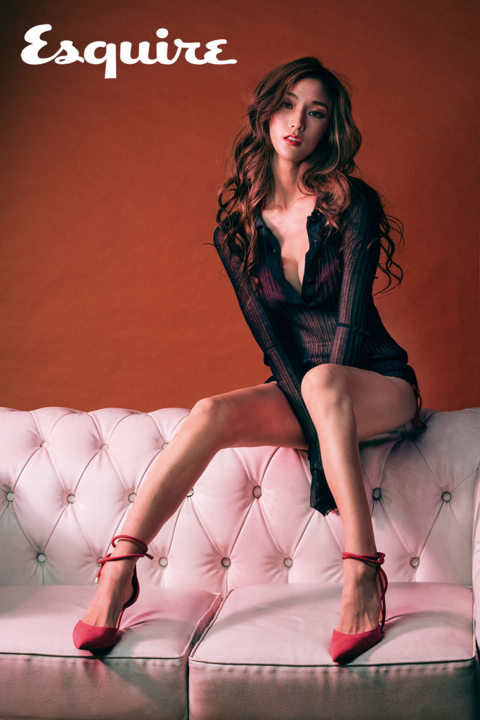 2.薄紗上衣_$33,500 by Bottega Veneta;桃紅三角比基尼_$6,980 by Avalanche;桃紅色尖頭綁帶高跟鞋_$4,380 by Nine West。
