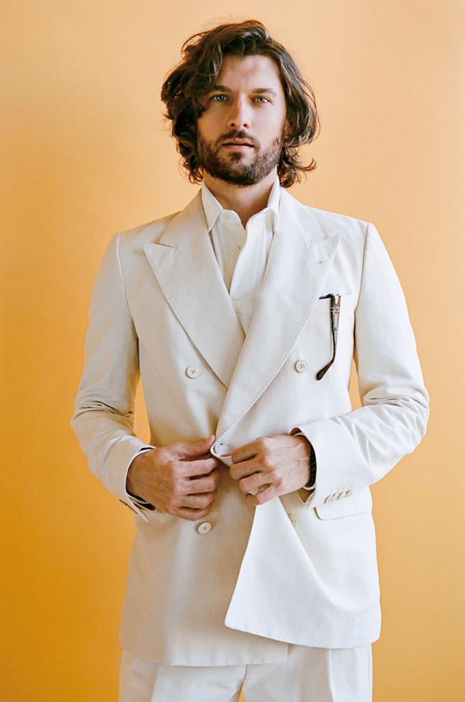 當你在那不勒斯:要很有勇氣才能拿下這件奶油色雙排扣西裝,除非你真的是在發明它的城市。外套、長褲  by Dries Van Noten ; 襯衫 by Not i c a 。