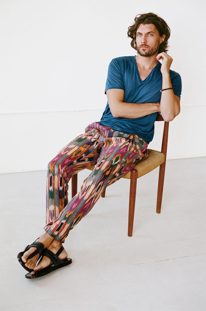 當地色彩 像這樣明亮、多彩的麻質 長褲不適合水泥叢林,但 能完美融入熱帶地區。