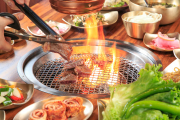 Meat Love使用橡木炭,燃燒時散發淡淡清香,還會產生對人體有益的紅外線