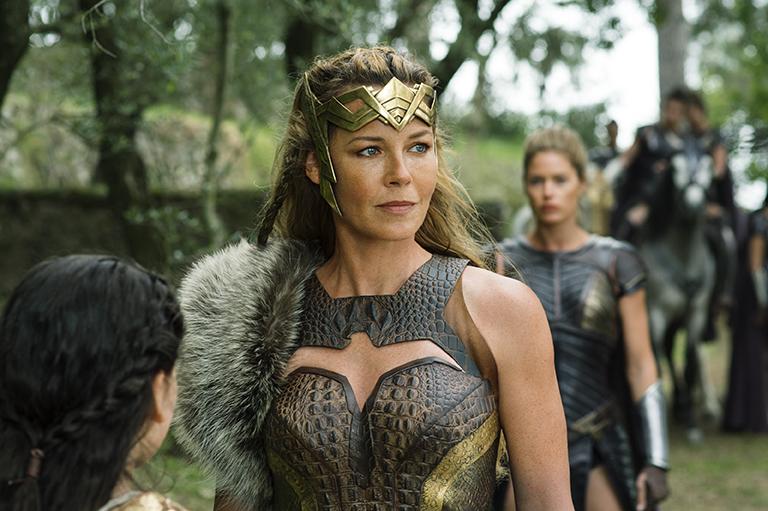 希波呂忒女王後方模糊的女戰士為荷蘭超模Doutzen Kroes所飾演的薇納莉亞。