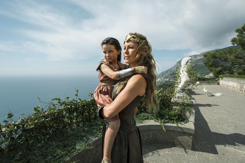 康妮·尼爾森所飾演的希波呂忒女王以年幼時期的黛安娜