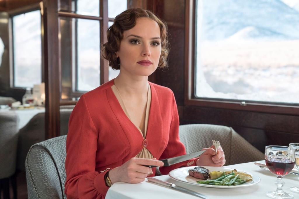 以《STAR WARS:原力覺醒》走紅的黛西蕾德莉(Daisy Ridley)演聰慧知性的英國小姐。