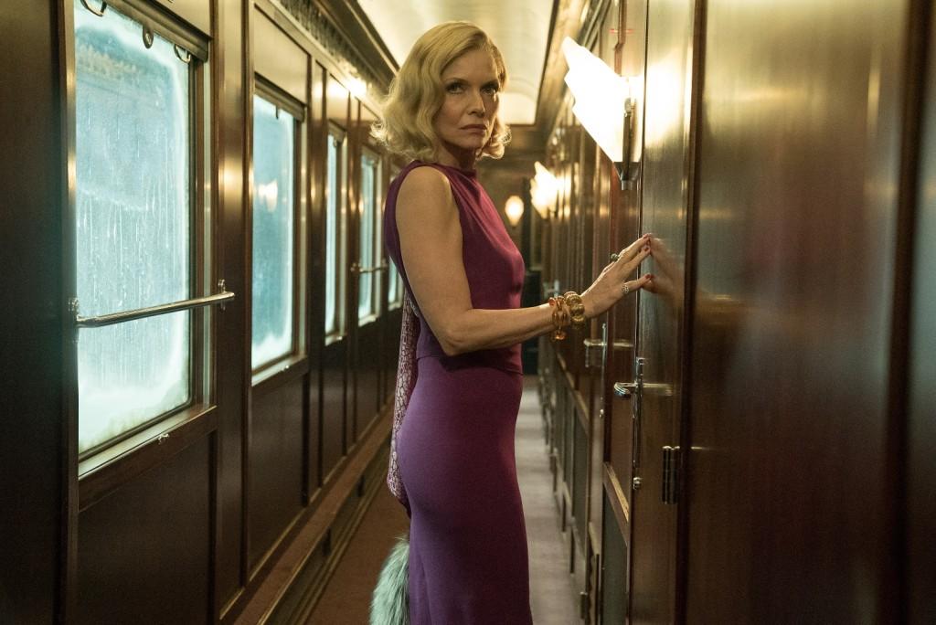 蜜雪兒菲佛Michelle Pfeiffer 接下原本鎖定裘莉的角色,戲份吃重。