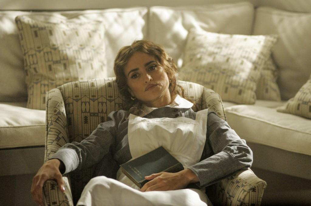 潘妮洛普(克魯茲Penélope Cruz)飾演Greta Ohlsson,於1974年的版本是一名西班娃傳教士。