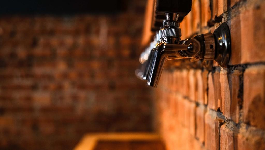 新鮮精釀生啤酒從紅磚牆湧出