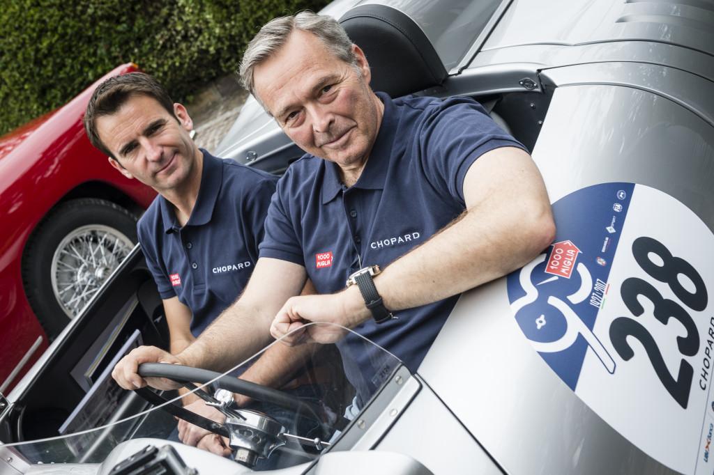 蕭邦聯合總裁Karl-Friedrich Scheufele(右)也參與其中,旁邊則是法國保時捷車手Romain Dumas Mille Miglia 2017 ©Alexandra Pauli for Chopard