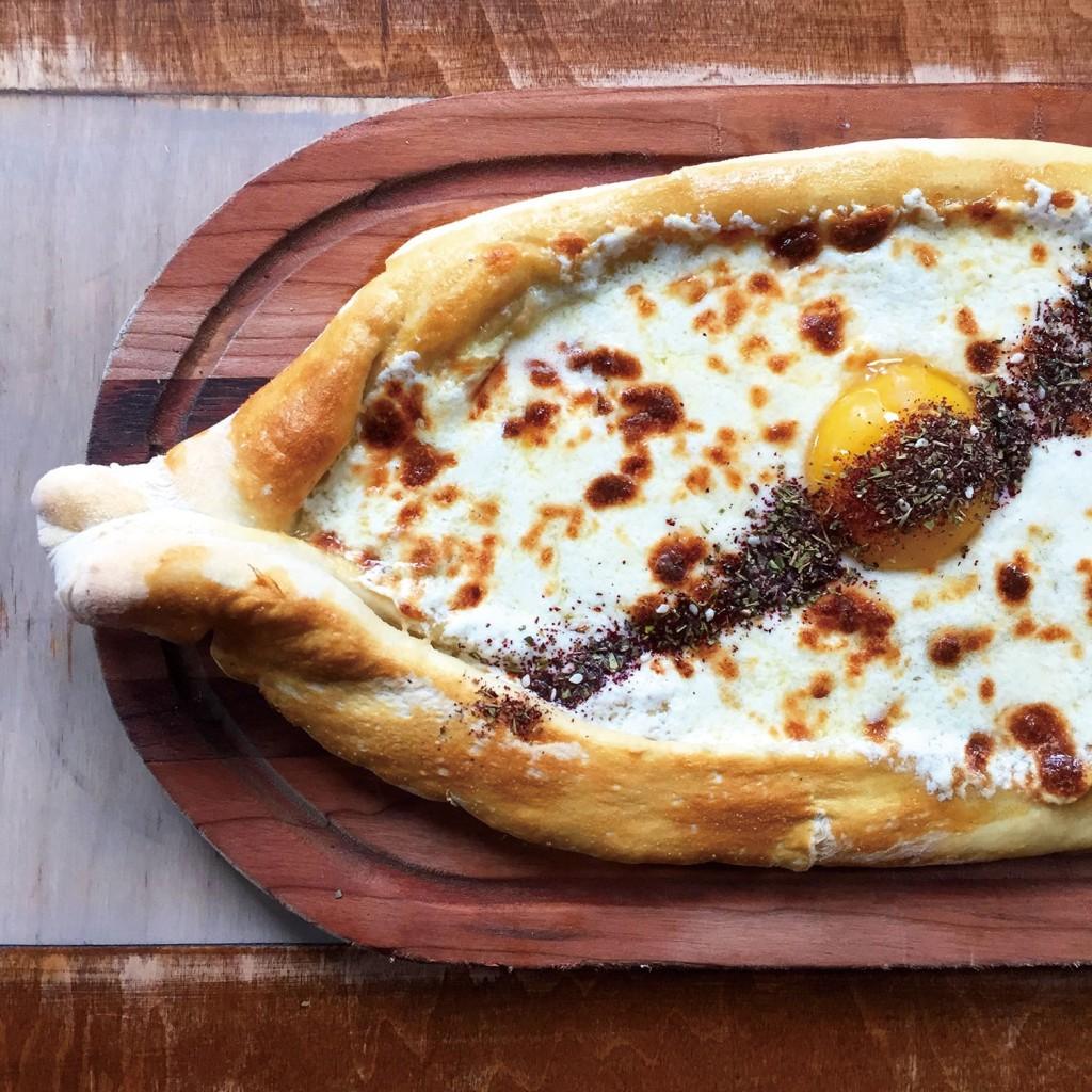 Compass Rose菜單上的特 色菜「哈恰普」──喬治亞式的起士派。