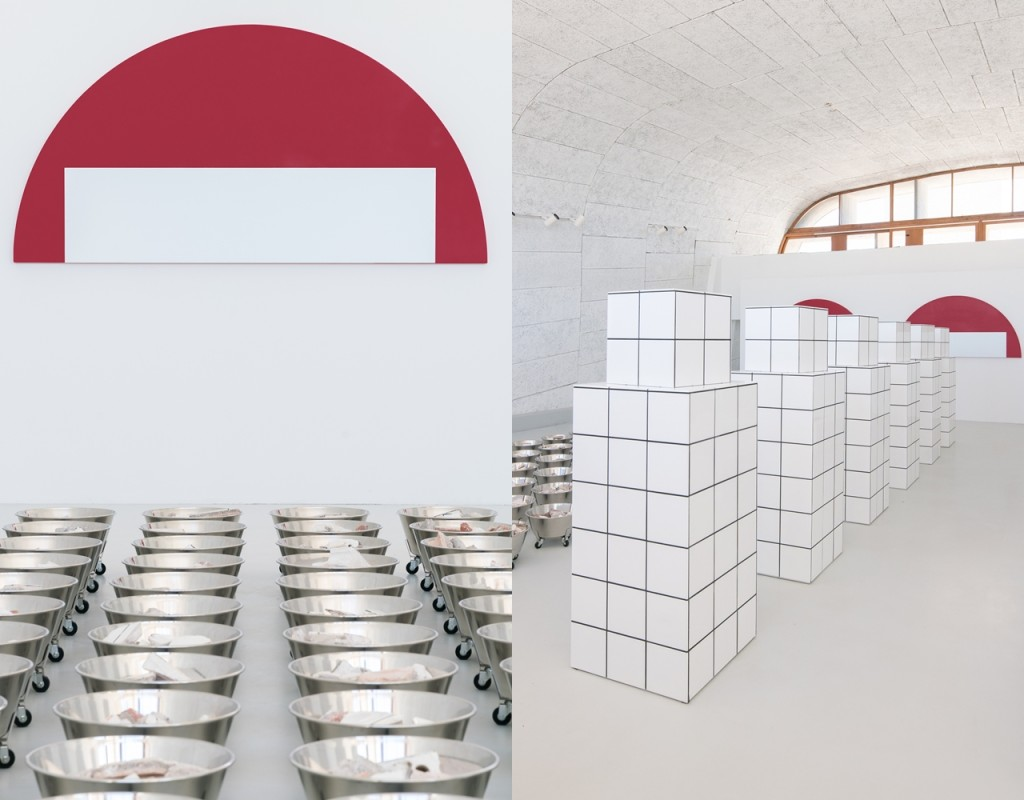 Jean-Pierre Raynaud 打碎居住近20年心愛的居所,將破碎的磚瓦泥牆分裝在100個廢棄醫療桶內,整齊排放於MAMO展間,成為一個別具意義的裝置藝術。並且重現其部分純白磁磚居所的柱子,展現他對原居所的癡迷